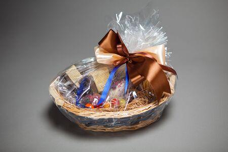 giftbasket: cadeau mand op grijs