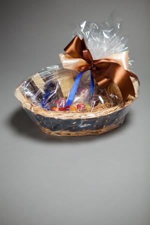 giftbasket: geschenkmand op grijs Stockfoto
