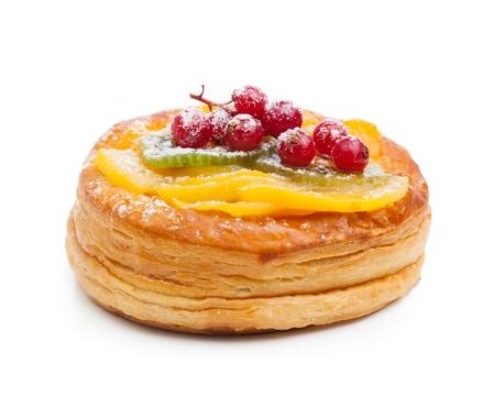 pasteles: hermoso pastel de pasteler�a, aislado en blanco