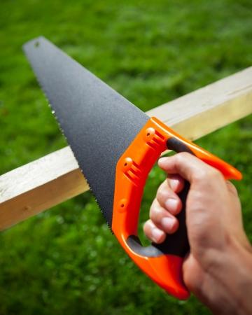 serrucho: cortar tablón con sierra de mano