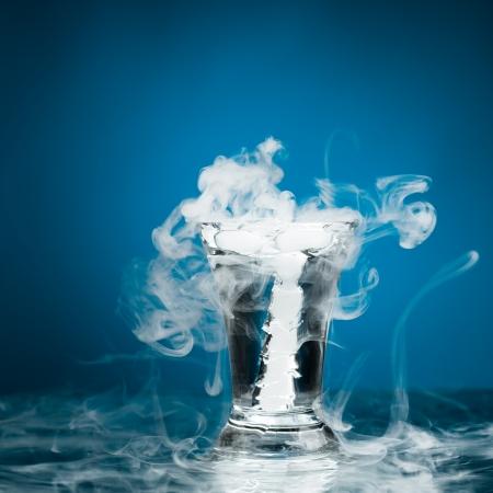 dioxido de carbono: vidrio de tiro de la vodka con vapor de hielo