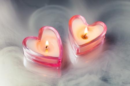 bougie coeur: c?urs brûlants de bougie dans un épais brouillard