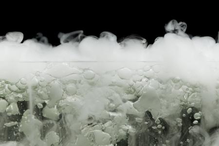 vapore acqueo: ebollizione ghiaccio secco a vapore, closeup vista Archivio Fotografico