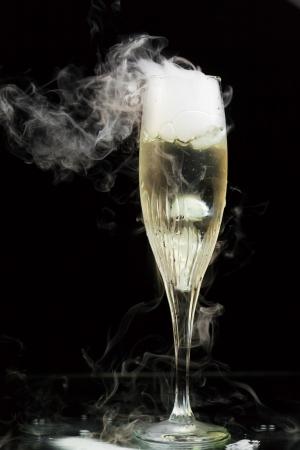 flauta: copa de champán con vapor de hielo, fondo negro