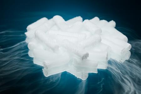 Hielo seco con vapor sobre fondo azul Foto de archivo - 23150069