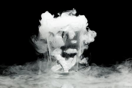 vapore acqueo: bicchiere di acqua con ghiaccio acqueo