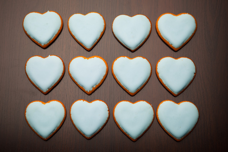 moltitudine: moltitudine di cuori biscotti su sfondo marrone