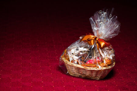 giftbasket: geschenkmand tegen rode achtergrond