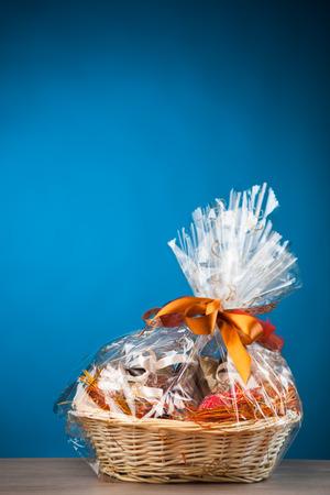 Geschenkkorb vor blauem Hintergrund
