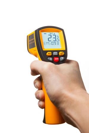 termómetro: termómetro láser infrarrojo en la mano aislados en blanco