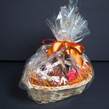 giftbasket: geschenkmand tegen grijze achtergrond