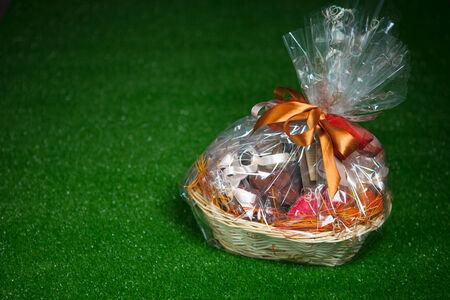 Geschenkkorb gegen grünen Rasen Hintergrund