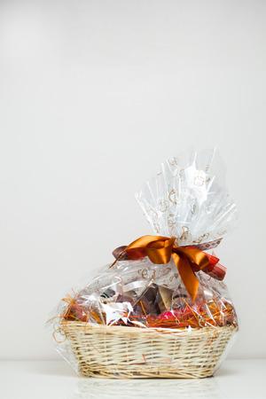 Geschenkkorb gegen hellen Hintergrund Standard-Bild - 27018025