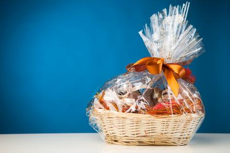 giftbasket: geschenk mand tegen een blauwe achtergrond Stockfoto
