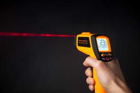 Infrarot-Laser-Thermometer in der Hand