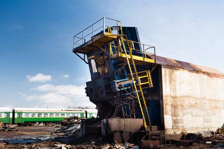 metallschrott: Metallpresse Maschine am Schrott Schrottplatz