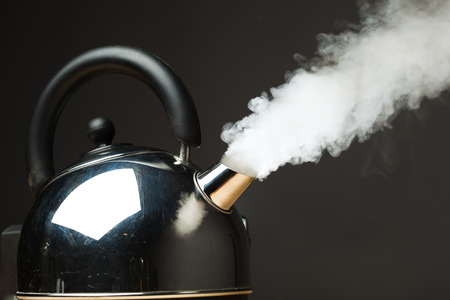 密な蒸気を沸騰しているやかん 写真素材
