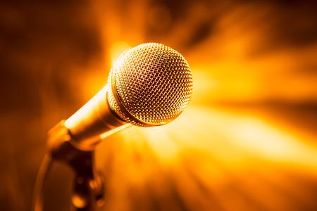 radio microphone: micr�fono de oro en el escenario Foto de archivo