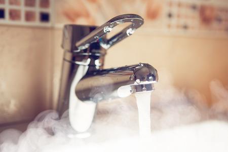 llave agua: grifo de agua con vapor de agua caliente Foto de archivo