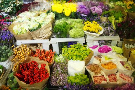 moltitudine: moltitudine di fiori di colore al mercato all'ingrosso