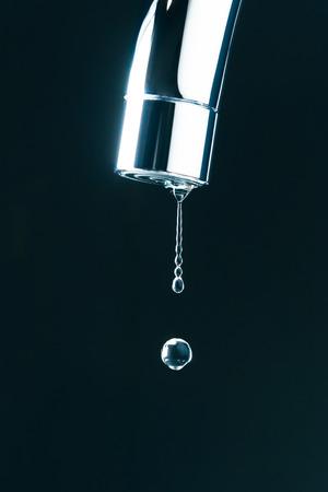 llave de agua: gota de agua en el grifo, vista macro