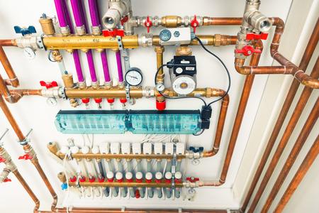 Sistema di riscaldamento a pavimento in boiler-room Archivio Fotografico