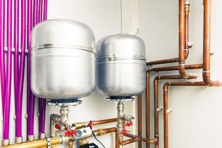 bomba de agua: tanques de expansión en sala de calderas