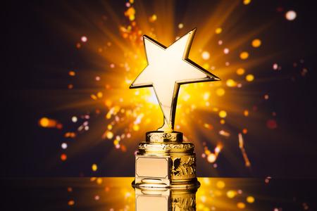 stern: Goldstern-Trophäe gegen glänzende Funken Hintergrund