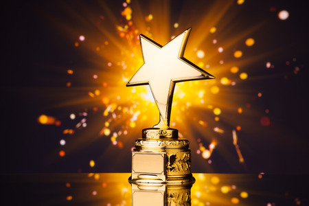 Trofeo d'oro stella contro lucido scintille sfondo Archivio Fotografico - 37777060