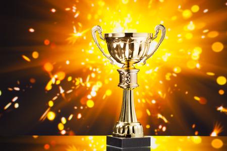 trofeo: trofeo de la Copa de oro contra el fondo brillante chispas