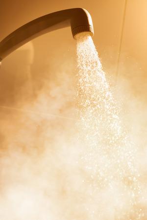 jet stream: ducha de agua caliente con el agua que fluye y vapor