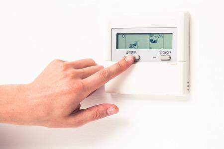 digitale klimaat thermostaat beheersen hand