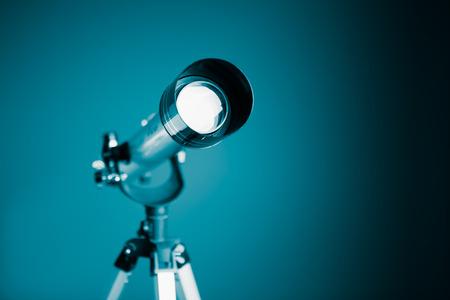 fernrohr: Teleskop auf blauem Hintergrund mit Kopie-Platz Lizenzfreie Bilder