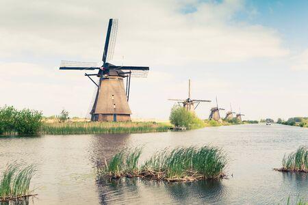 molinos de viento: tradicionales molinos de viento en Pa�ses Bajos Foto de archivo