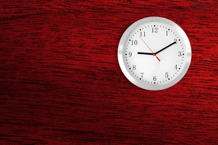 caoba: reloj cl�sico en el fondo de caoba de madera roja con el copia-espacio Foto de archivo