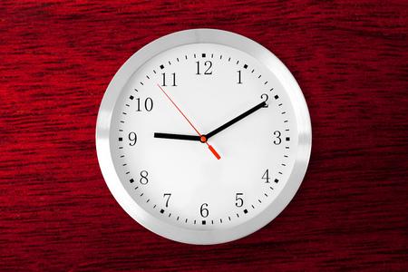 caoba: clásico reloj de madera de color rojo de fondo de caoba Foto de archivo