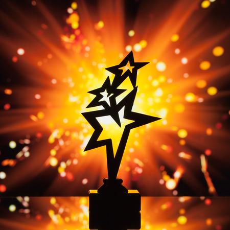 trofeo: estrellas de oro del trofeo de la silueta contra el fondo brillante chispas Foto de archivo