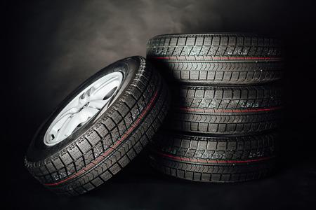 apilar: neumáticos de invierno sin clavos, fondo negro