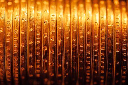 dollaro: monete dorate del dollaro sullo sfondo, vista macro Archivio Fotografico