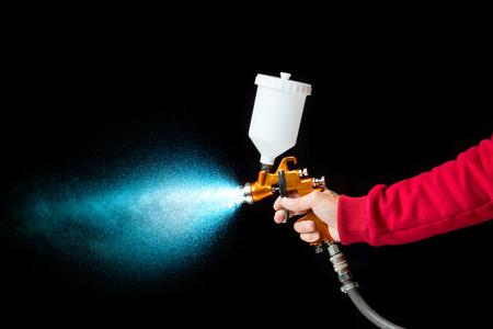 spray: pulverizador de pintura con aerógrafo aislado en negro