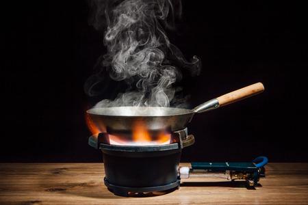 Chinese wok pan op het vuur gasbrander Stockfoto