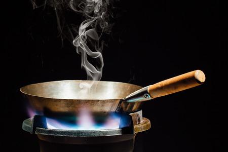 ustensiles de cuisine: poêle wok chinois sur le brûleur à gaz d'incendie