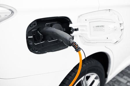 enchufe: una carga con el cable de alimentación del coche eléctrico