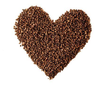 pepe nero: pepe nero in grani di pepe simbolo del cuore, isolato su bianco