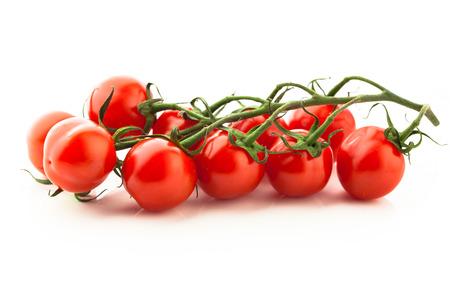 czerwone pomidory koktajlowe gałązka, odizolowane na białym