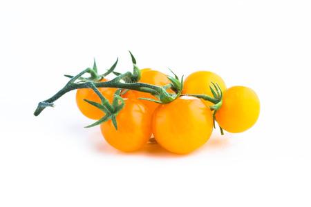 黄色のミニトマトの枝、白で隔離