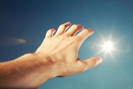 creador: toque el cielo de la mano  Foto de archivo