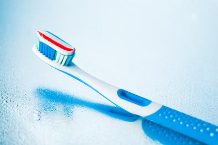 pasta dental: cepillo de dientes con pasta de dientes raya roja