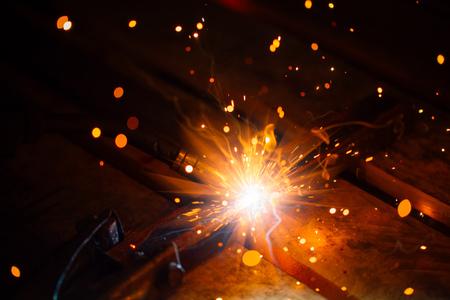 soudage artistique étincelles lumière, fond industriel