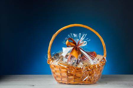 Geschenkkorb auf blauem Hintergrund